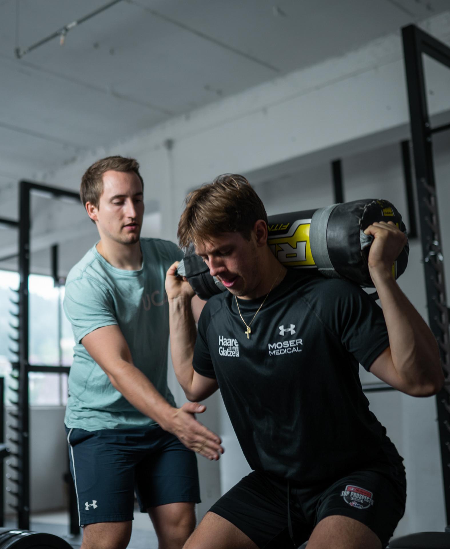 Marco trainiert mit Gewicht auf den Schultern